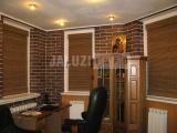 Бамбуковые ролеты в кабинете