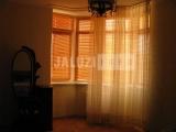 Деревянные жалюзи в спальне